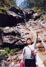 写真:沢登りの途中、これからこの岩を登ります宣言